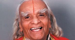 El señor Iyengar tiene ahora 94 años y sigue practicando yoga