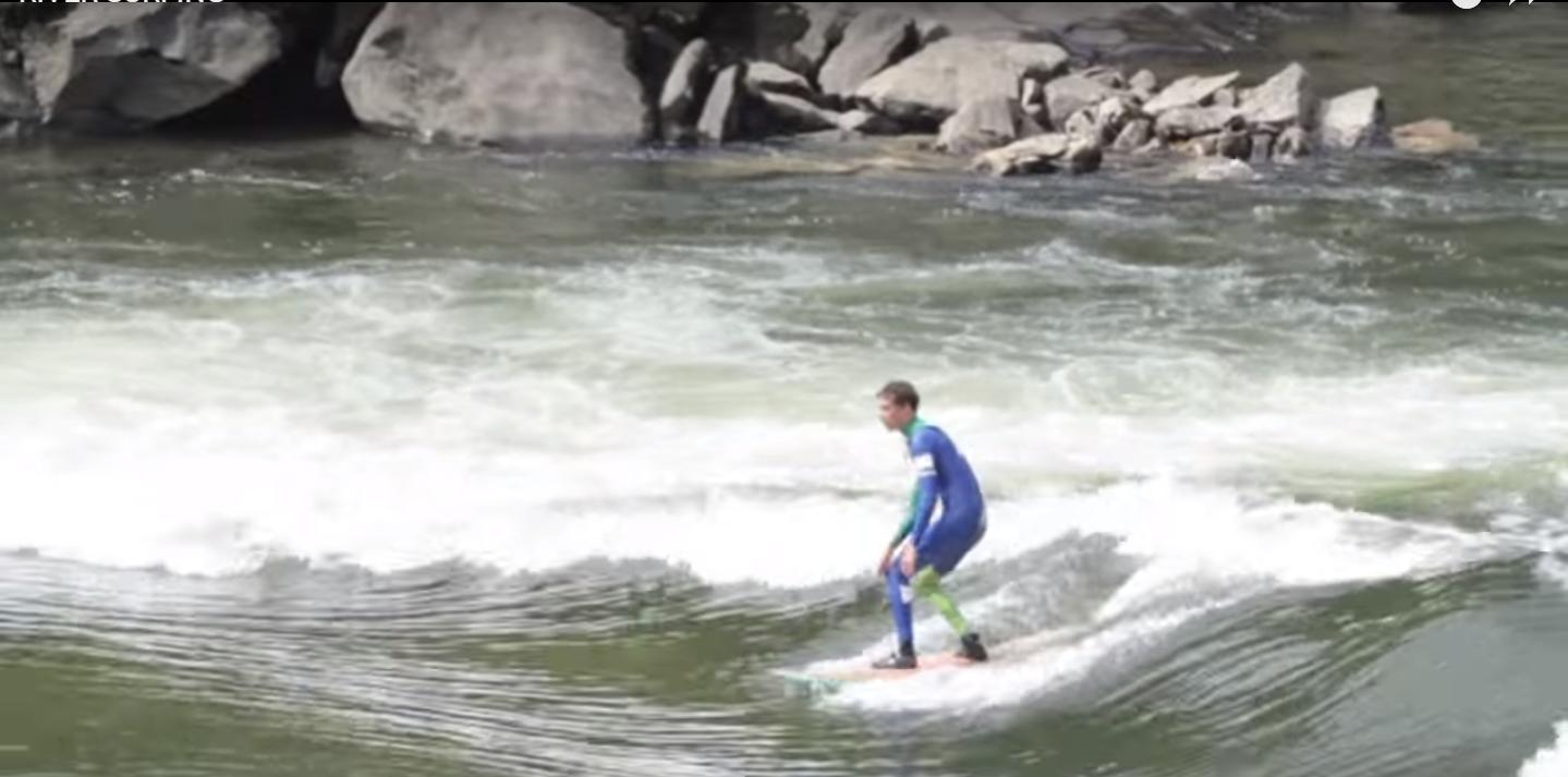 Surf En Olas De Río En Galicia