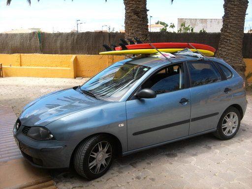 tabla de surf en baca del coche