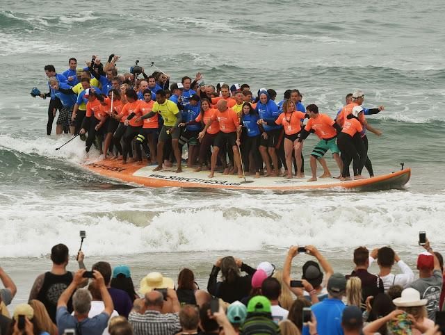 Sesenta y Dos Surfers Sobre La Tabla Más Grande Del Mundo