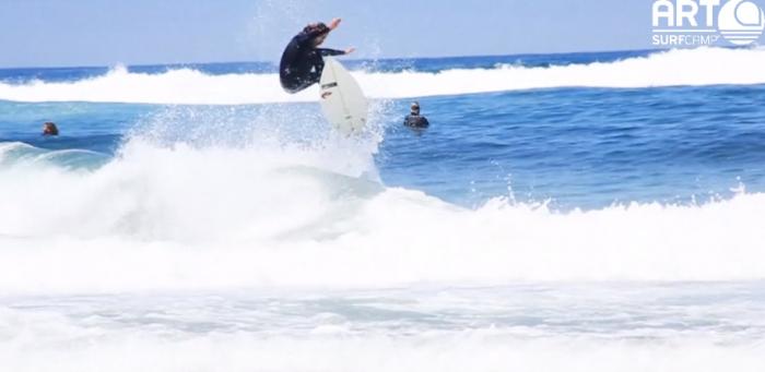 Cogiendo olas en Surftrip Costa da Morte