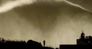nazare ola gigante surf hugo vau silueta fotografa surfista faro portugal