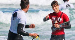 ARTSurfCamp clase de surf adultos monitor licra amarilla enseña surfear novato razo galicia playa principiante corchopan verde olas white water
