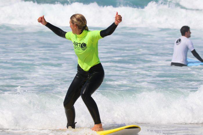 valores artsurfcamp surfista pie primera vez pulgares arriba sonrisa