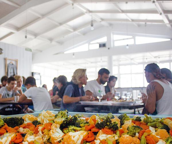comida en la escuela de surf para gente de madrid